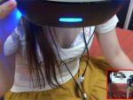 流行りのVRゲームプレイ中の白ギャル巨乳の無防備なパンチラ&胸チラ&乳首チラを至近距離撮影【003】